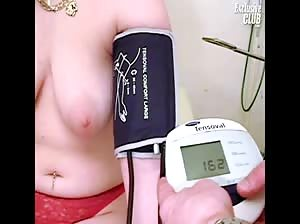 Chubby Nia gyno speculum exam of her wide open pussy