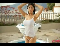 Newcomer Latina teen Natalia Spice gives an outdoor striptease