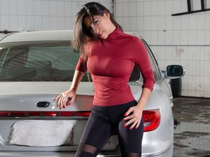 Cristiane goes wild in the car wash