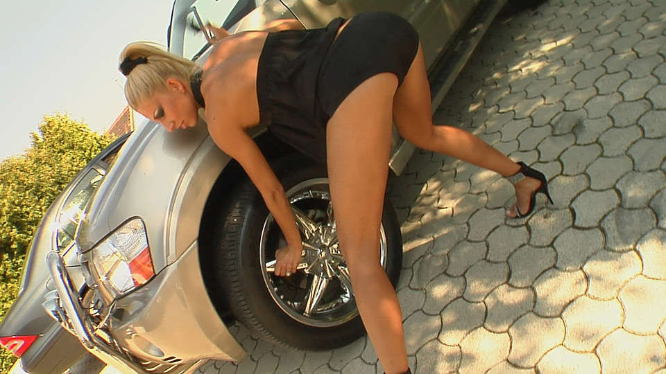 Backseat babe fists herself for erotic auto action