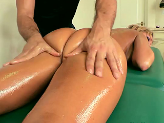 Blistering babe Nikki Sexxx gets a naughty rub down