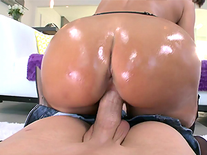 An oily fuck at the gym with Lisa Ann